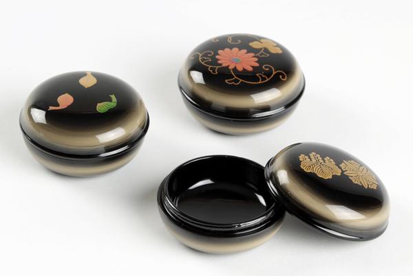 京磨き蒔絵入り漆塗り分け携帯用香合