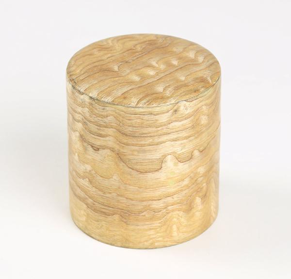 タモ材の玉杢を薄くスライスしスチール缶に張り付けた茶筒になります。タモ在玉杢特有の杢目の美しさをお楽しみ下さいませ。