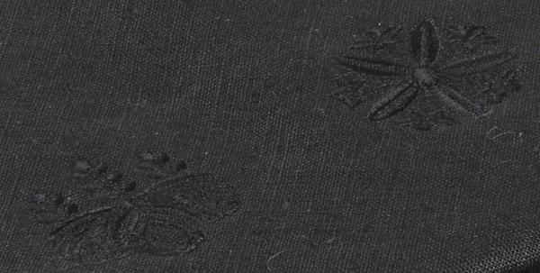 本麻生地を表面に貼り両山紋の共糸刺繍を施した中啓入です。