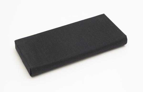 本麻生地を表面に貼り曹洞宗両山紋の共糸刺繍を施した黒色の中啓入です。