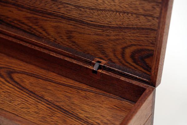 大薫香入(線香入れ)蝶番部分 厳選した欅材を用いて製作した蝶番付の大薫香入(線香入れ)です。記念品、贈答品にお使い下さいませ。