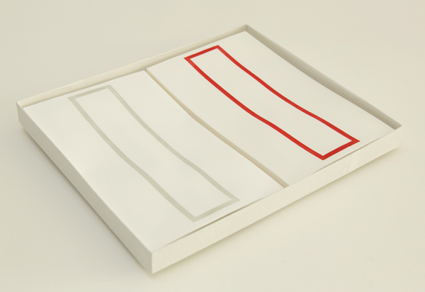 越前手漉和紙を使用した略可漏の赤・鼠色セットになります。