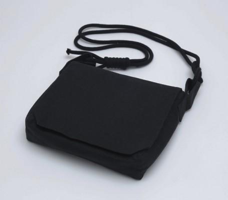 本麻製の頭陀袋になります。ショルダー部分には組紐を使用しており、ポケットの数も沢山付けております。