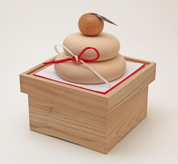 木製で作った鏡餅になります。お正月のお飾りにぜひお使い下さいませ